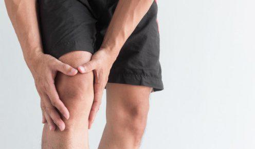 mlody-mezczyzna-cierpiacy-z-powodu-bolu-kolana