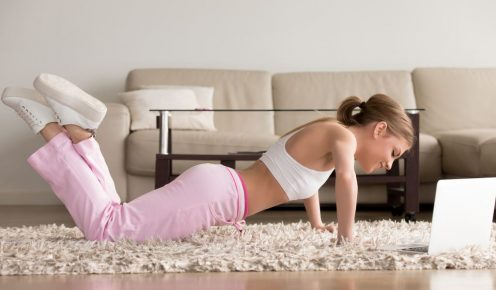 cwiczenia-klatki-dla młodych-sportowców-kobiet pracujących w domu